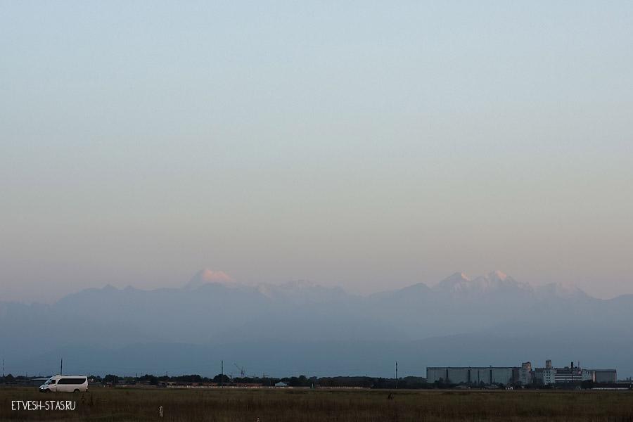 Кавказ. В дали видно гору Казбек, судя по всему слева.