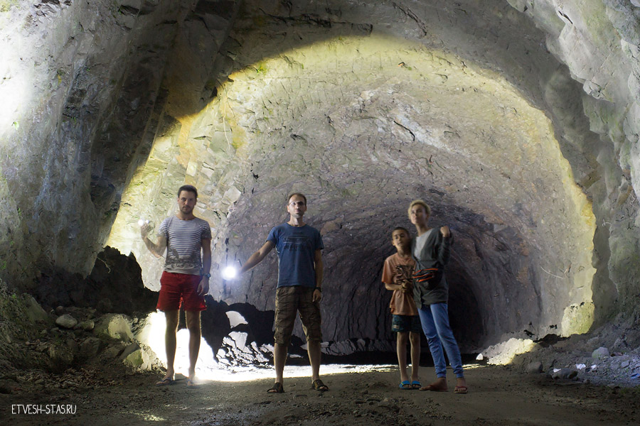 Фото на память в туннеле, в полной темноте снимали. Артем. Я, Тимофей и Лена. Вся команда)