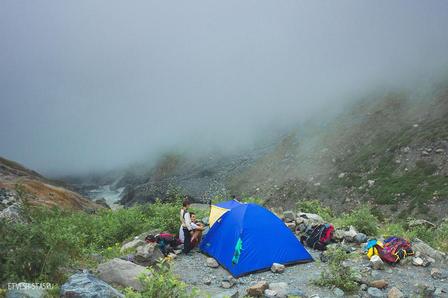 Ура! Мы добрались до нашего первого лагеря. И после установки палатки тут же пошли купаться в горячих источниках.