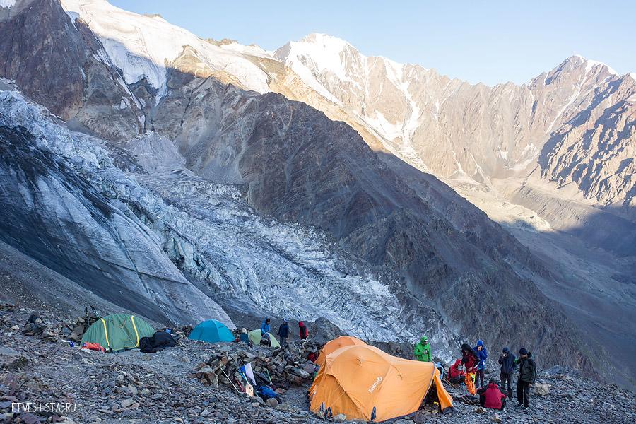 Сборы утром. И альпинисты из Екатеринбурга, с кем мы познакомились. Наша палатка слева, зелёная.