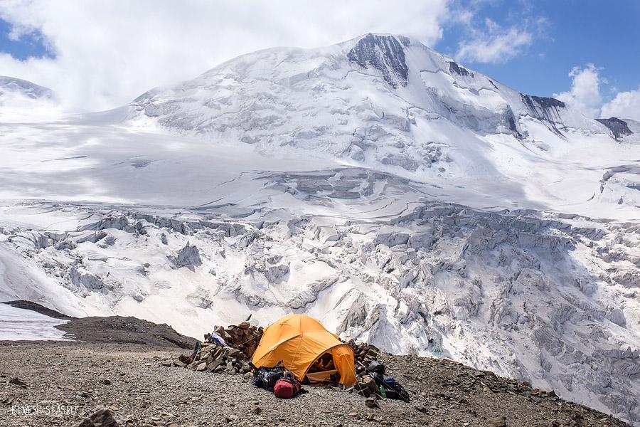 Мы отправились дальше. И вскоре достигли следующего лагеря на высоте 4200.