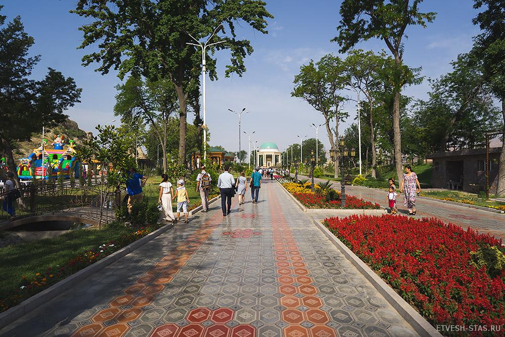 Аллея в городском парке Худжанда