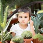 Девочка из города Худжанд на празднике цветов в Июне